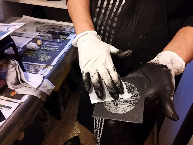 workshop 39 Cleaning the black color from an etching board before printing on  press