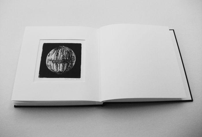 book A 7 ספר תחריטים ותבליטים של חרוזים לשרשרת שהושארה שם