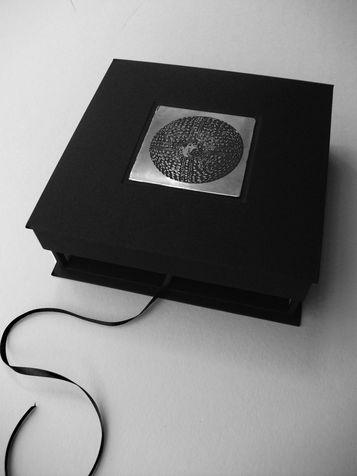 book A 4 קופסת זכרונות  - ספר תחריטים ותבליטים של חרוזים לשרשרת שהושארה שם