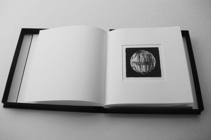book B 9 ספר קופסא, בתוכם  12 תחריטים שהם 12 חרוזים לשרשרת שהושארה שם