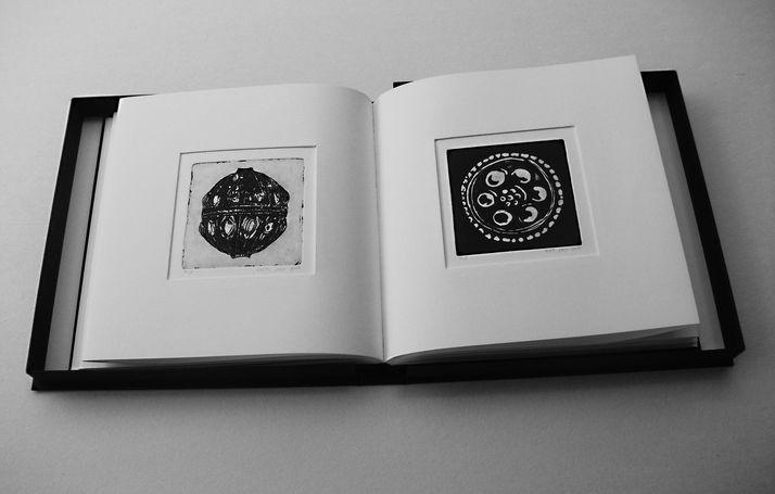 book B 6 ספר קופסא, בתוכם  12 תחריטים שהם 12 חרוזים לשרשרת שהושארה שם