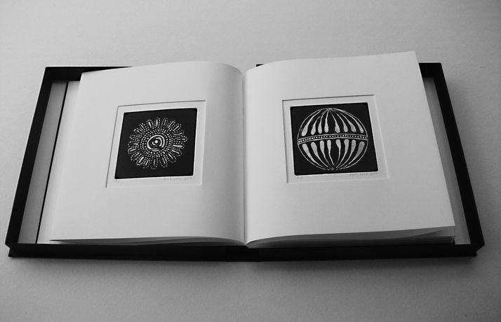 book B 5 ספר קופסא, בתוכם  12 תחריטים שהם 12 חרוזים לשרשרת שהושארה שם