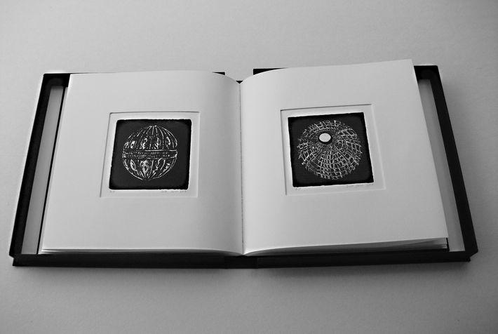 book B 7 ספר קופסא, בתוכם  12 תחריטים שהם 12 חרוזים לשרשרת שהושארה שם