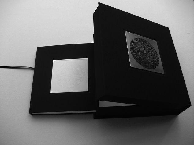 book A 5 קופסת זכרונות  - ספר תחריטים ותבליטים של חרוזים לשרשרת שהושארה שם